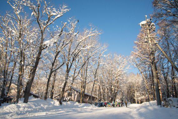 雪山に学校を移して始業式を 青山学院初等部「雪の学校」