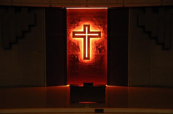 ライトアップされた十字架
